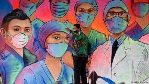 Mural de Sergio Morelos (Applezman), en homenaje al personal médico que está en la primera línea de lucha contra la pandemia del nuevo coronavirus, en CDMX